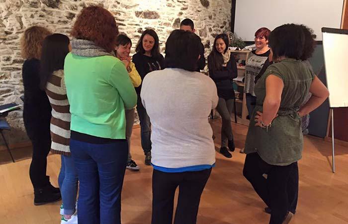 Los participantes de A Chocolateira trabajando en el reto grupal